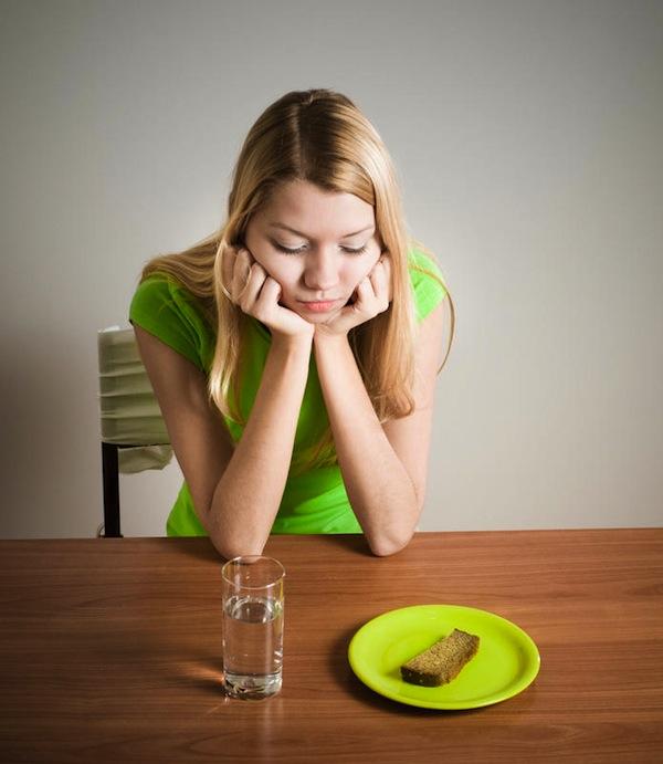 anorexie femeie mancare