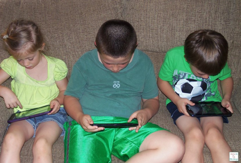 kids-playing-tablets